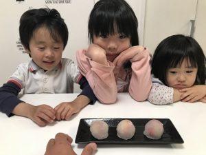 子供達が好物の苺大福を食べる所