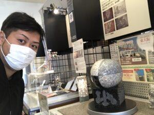 石のラグビーボールを展示