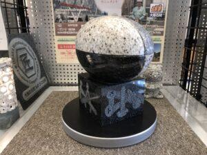モビオに石のラグビーボールを展示